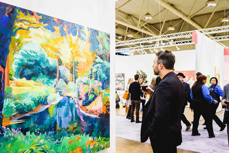 homme regardant des œuvres d'art