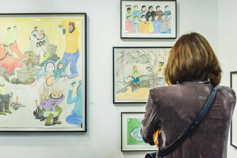 femme regardant une œuvre d'art